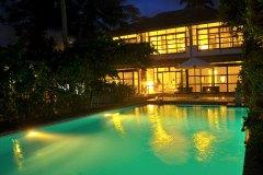 Blick über den Pool zur Ayurveda Shunyata Villa ~ Sri Lanka