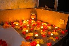 Ayurveda Bäder mit liebevoller Blumendekoration und Kerzen